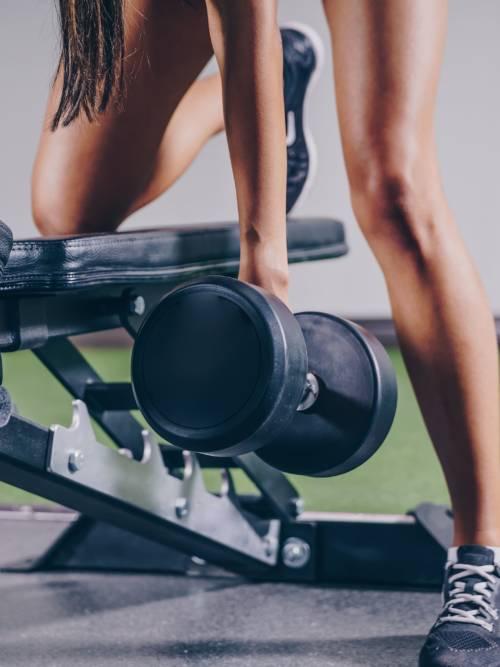 Fondo de pantalla de Levantamiento de pesas en gimnasio