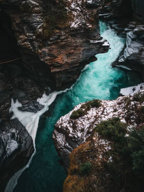 Fluss zwischen Klippen wallpaper