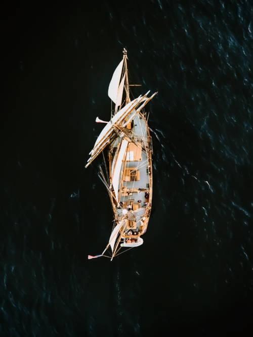 Fondo de pantalla de Velero navegando por los mares para móviles y tablets