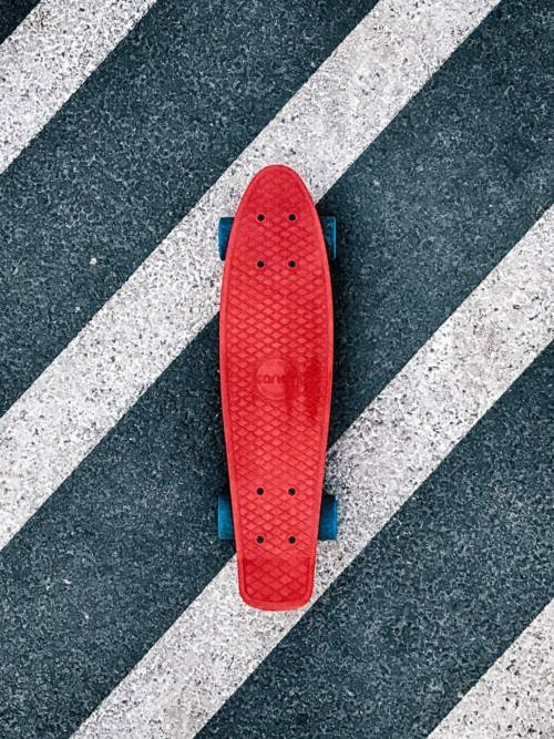 Skateboard auf dem Zebrastreifen wallpaper