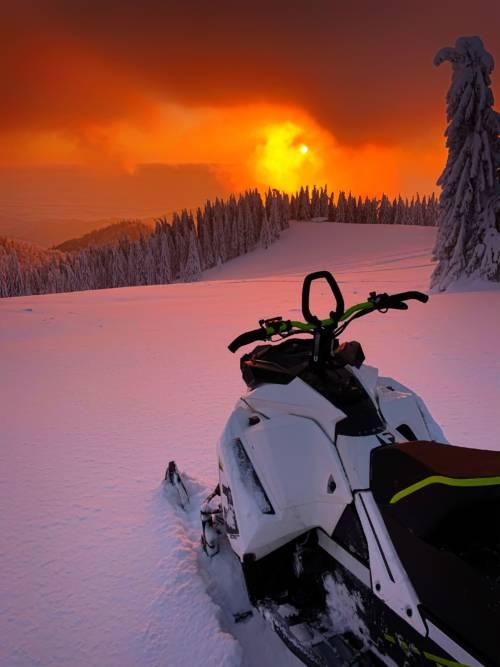 Papel de parede de Moto de neve ao pôr do sol