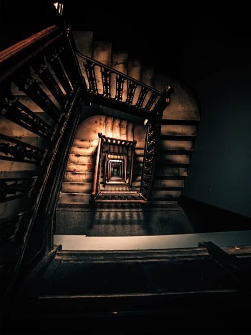 Papel de parede de Escadas em prédio antigo