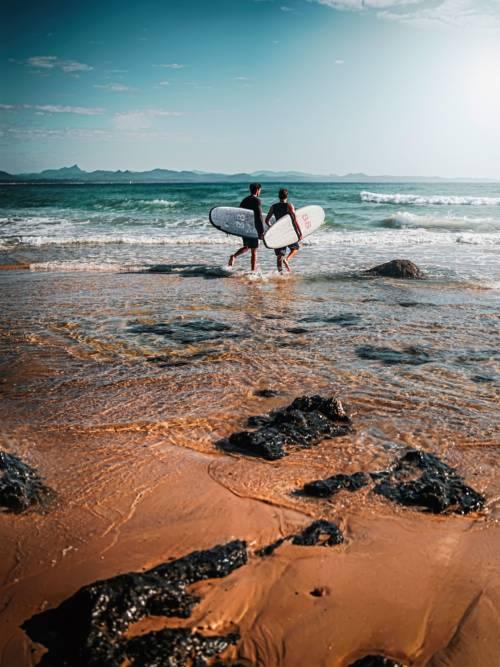 Fondo de pantalla de Surfistas en la playa