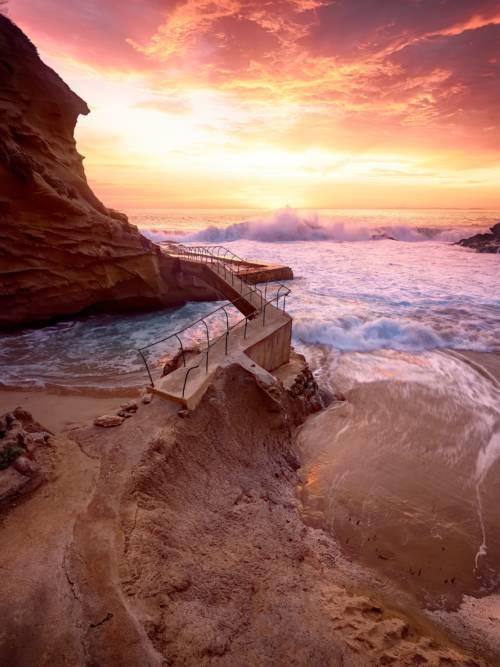 Wellen die bei Sonnenuntergang abstürzen wallpaper